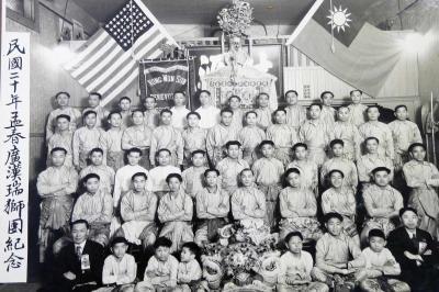1951年,廣漢瑞獅團在公所新樓前的合影
